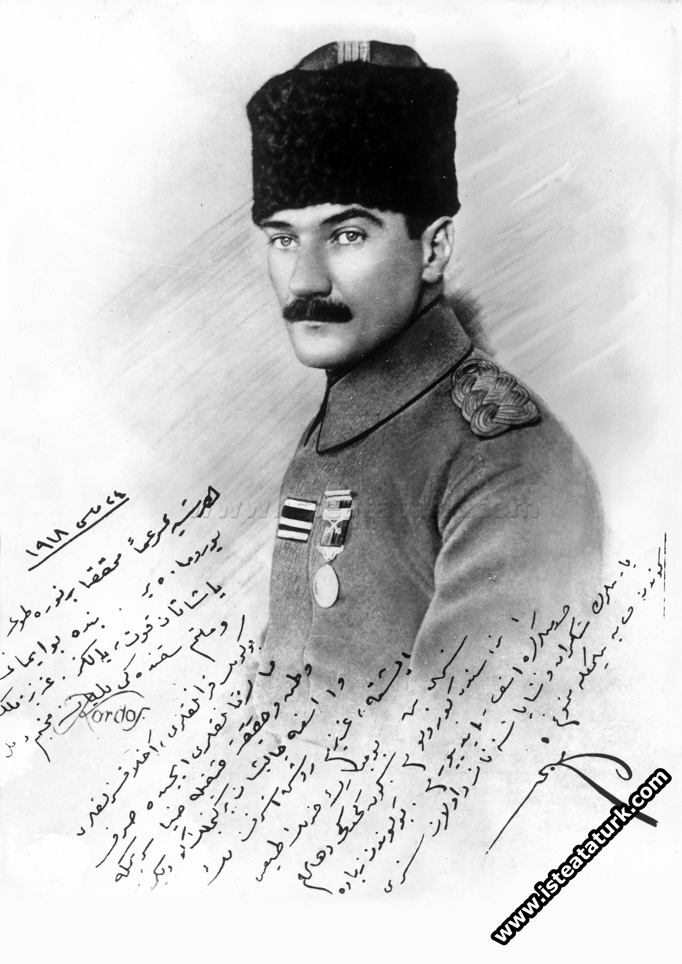24 Mayıs 1918 tarihinde, yakın arkadaşı Ruşen Eşref Ünaydın'a imzaladığı fotoğraf.