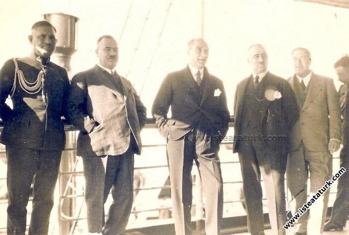 Mustafa Kemal Atatürk Kahve İçerken