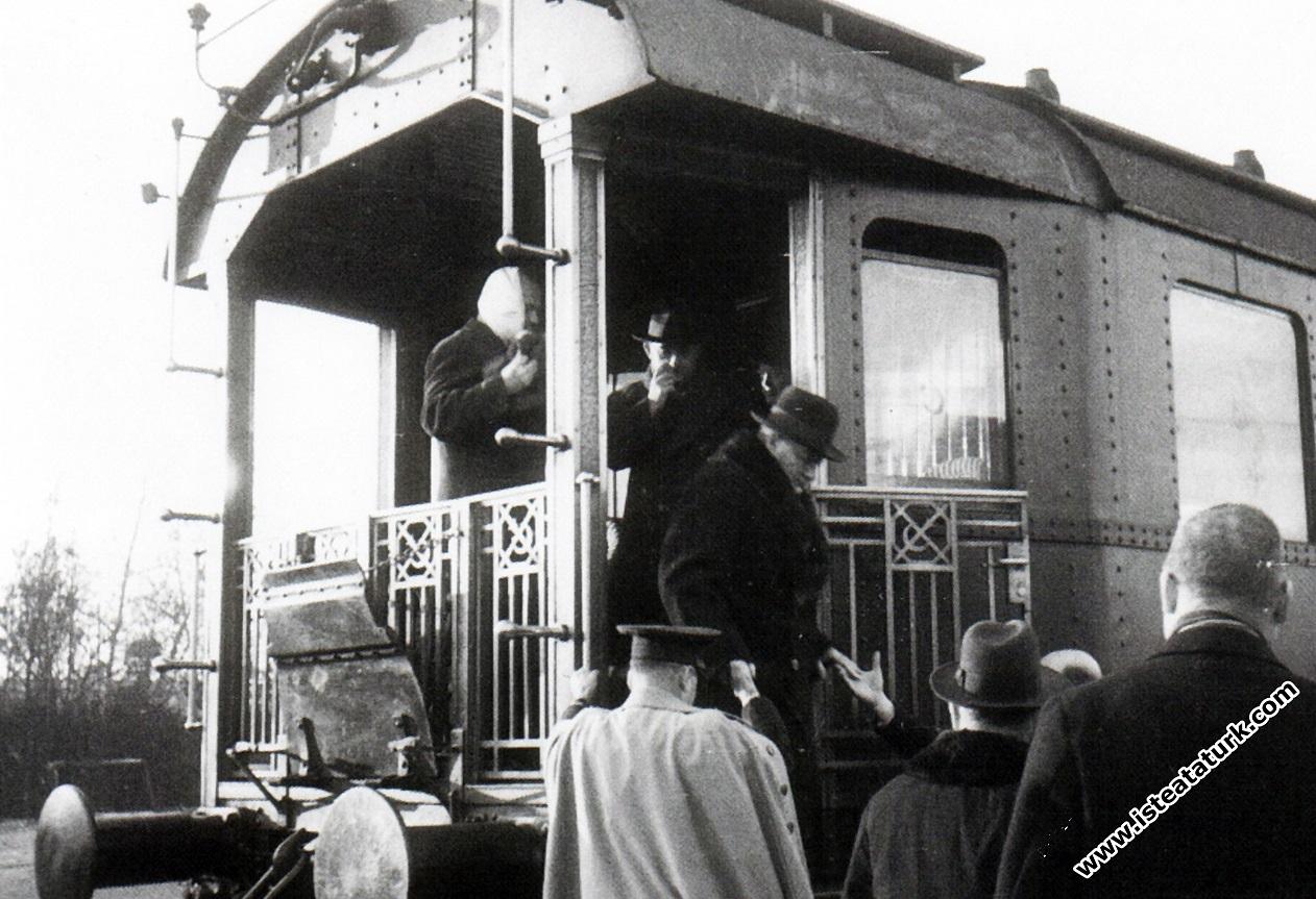 Atatürk İstanbul Haydarpaşa Garı'na inerken. (22 Ocak 1935)