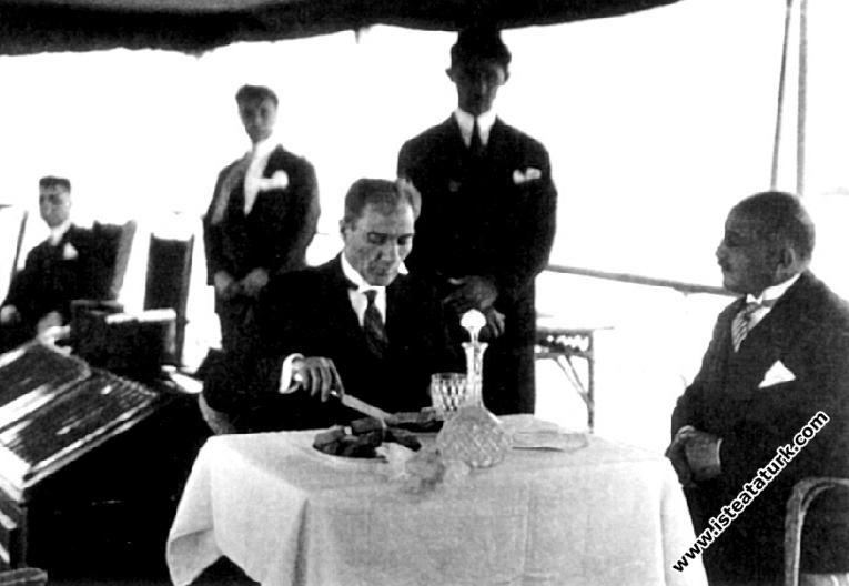 İstanbul'a gelişinde, Ertuğrul Yatı'nda öğle yemeği sırasında.(1 Temmuz 1927)