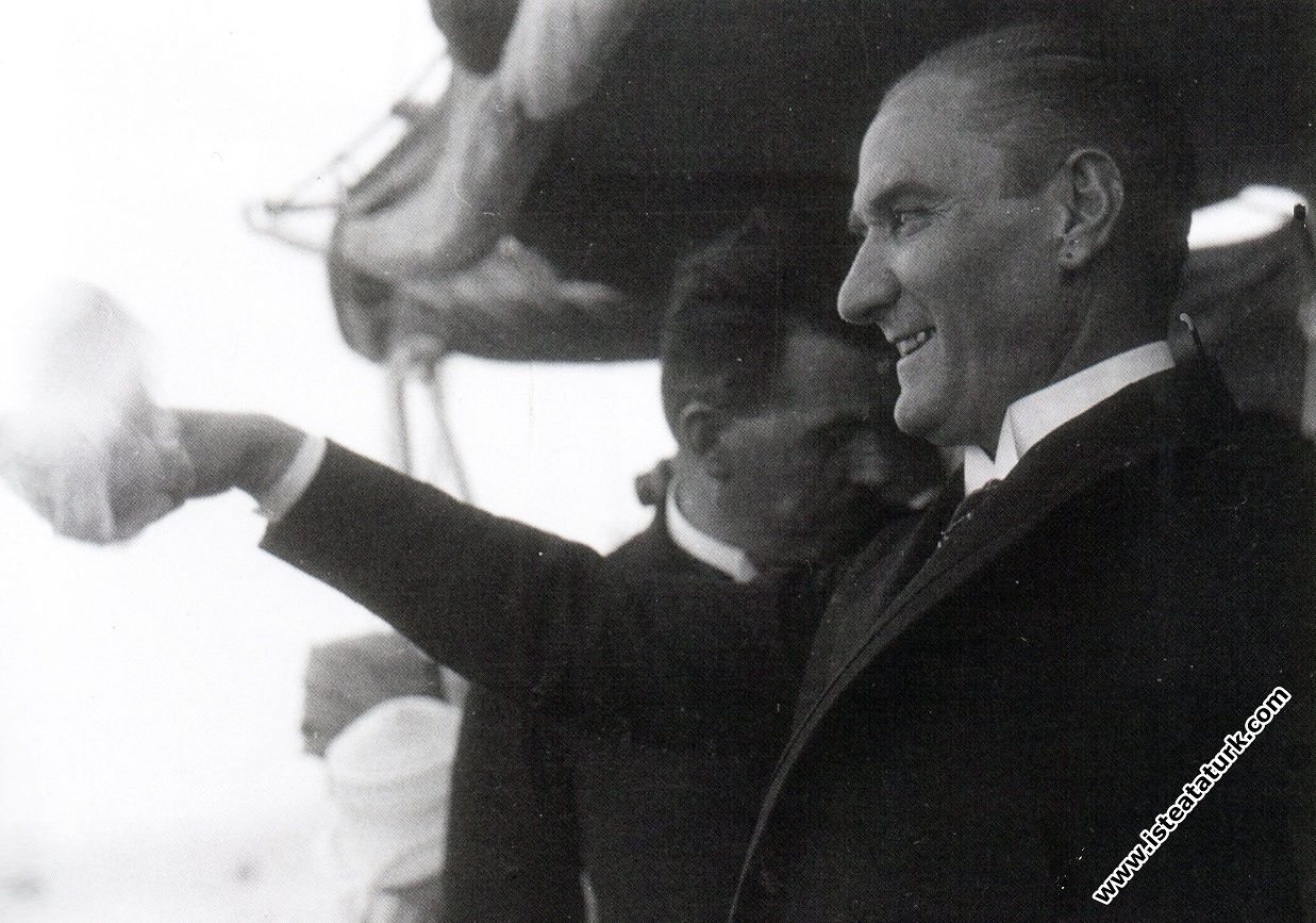 Ertuğrul Yatı ile İstanbul'a girerken İstanbul'luları selamlıyor. (1 Temmuz 1927)