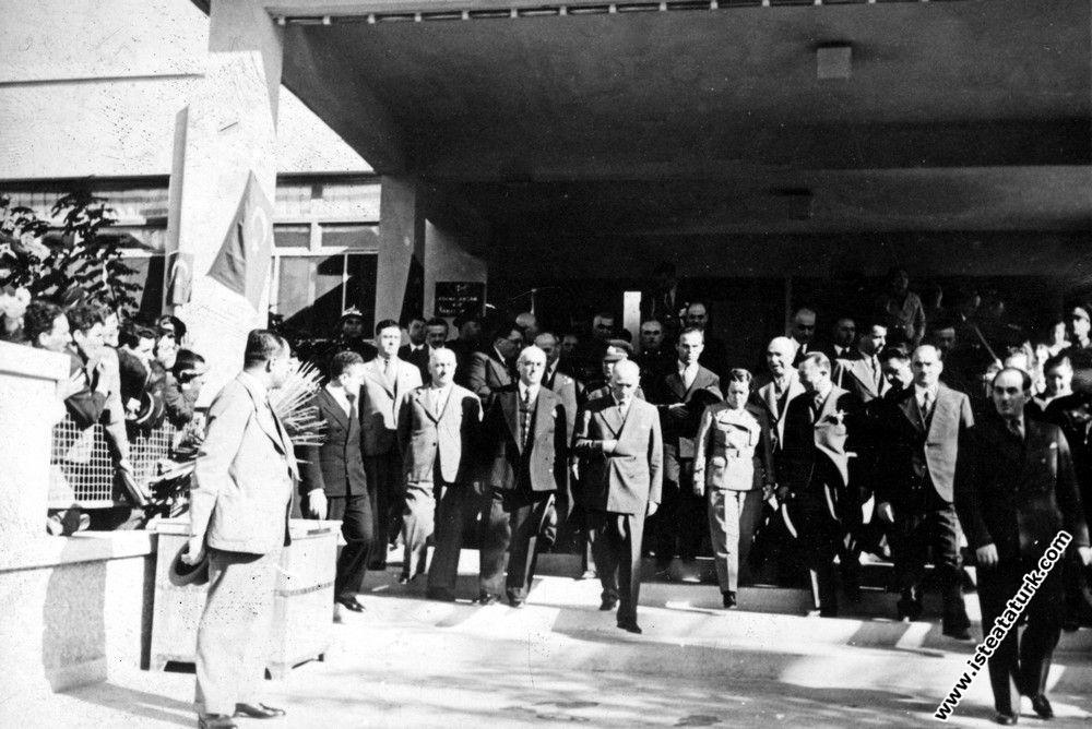 Adana'da İsmet Paşa Kız Enstitüsü'nün önün...