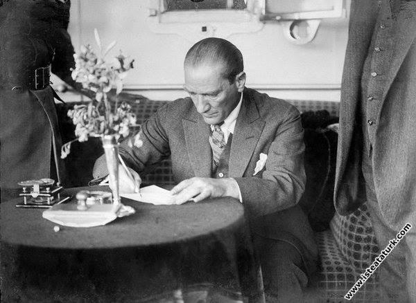 Mustafa Kemal Atatürk Gülcemal Vapuru'nda. (05...