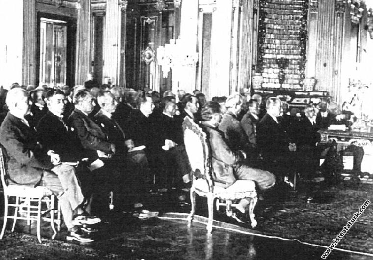 Mustafa Kemal Atatürk Dolmabahçe Sarayı'nda, İ...