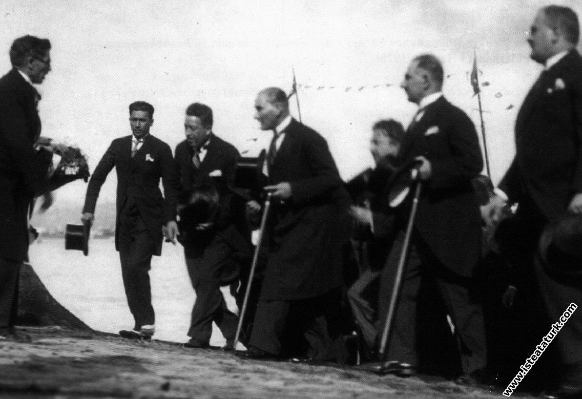Mustafa Kemal Atatürk Dolmabahçe Rıhtımı'na a...