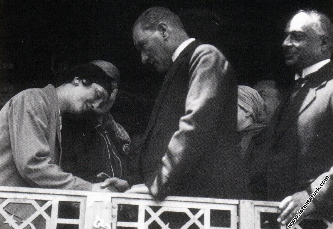 Mustafa Kemal Atatürk İzmit'te kadın dernekleri...