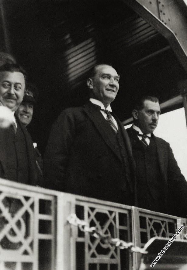 Mustafa Kemal Atatürk İstanbul'a gelirken İzmit...