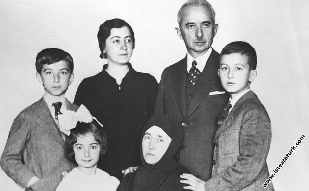 İsmet  Paşa ailesi ile birlikte.