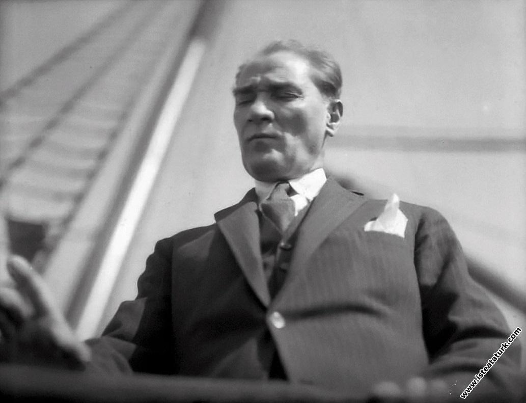 Mustafa Kemal Atatürk İzmir Vapuru'nun güvertes...