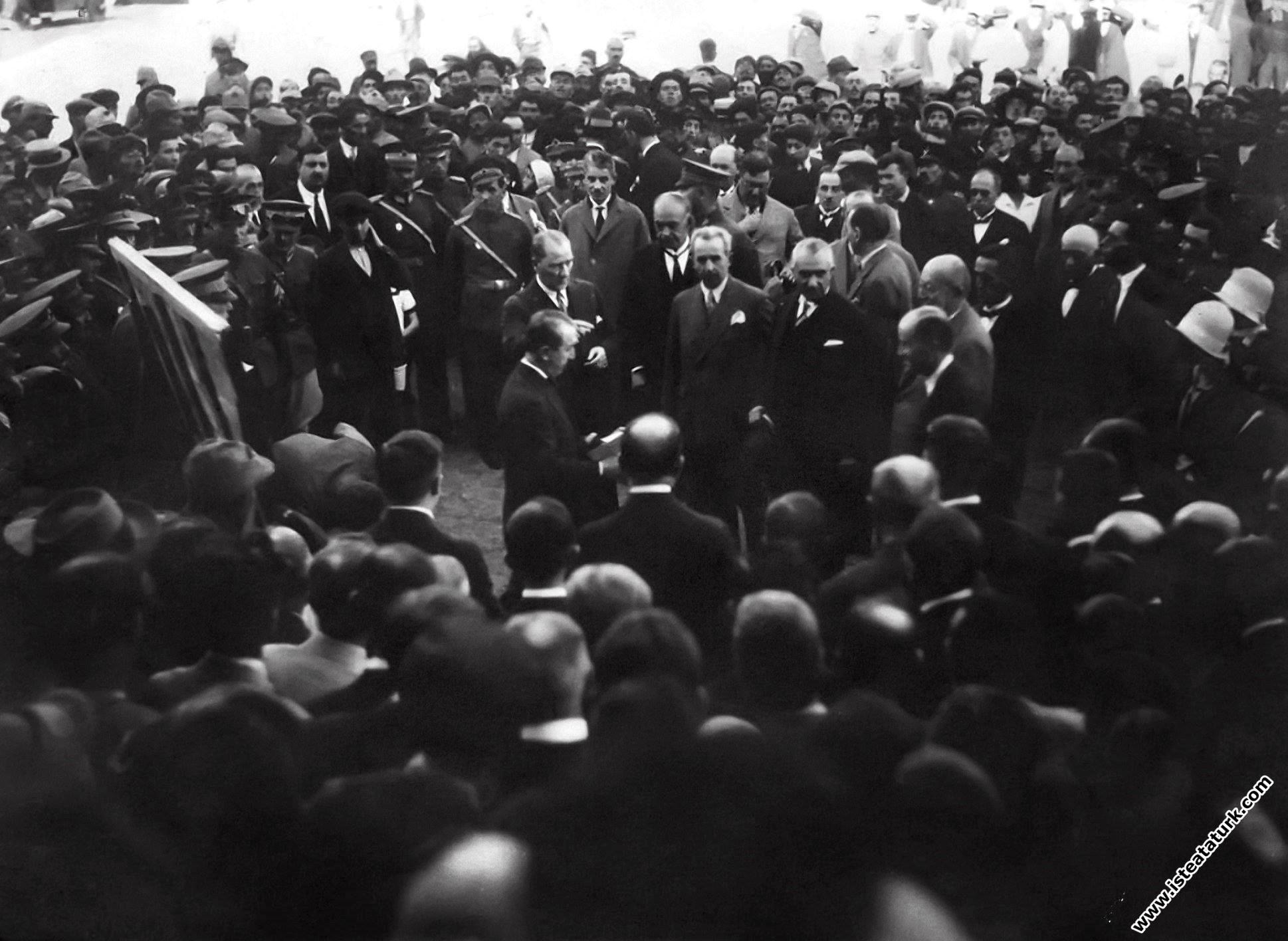 Mustafa Kemal, halka yeni harfleri tanıtıyor, Si...