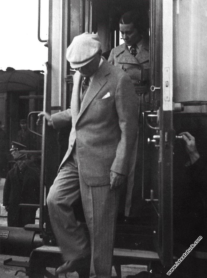 Atatürk'ün Malatya Garı'nda karşılanışı. (...