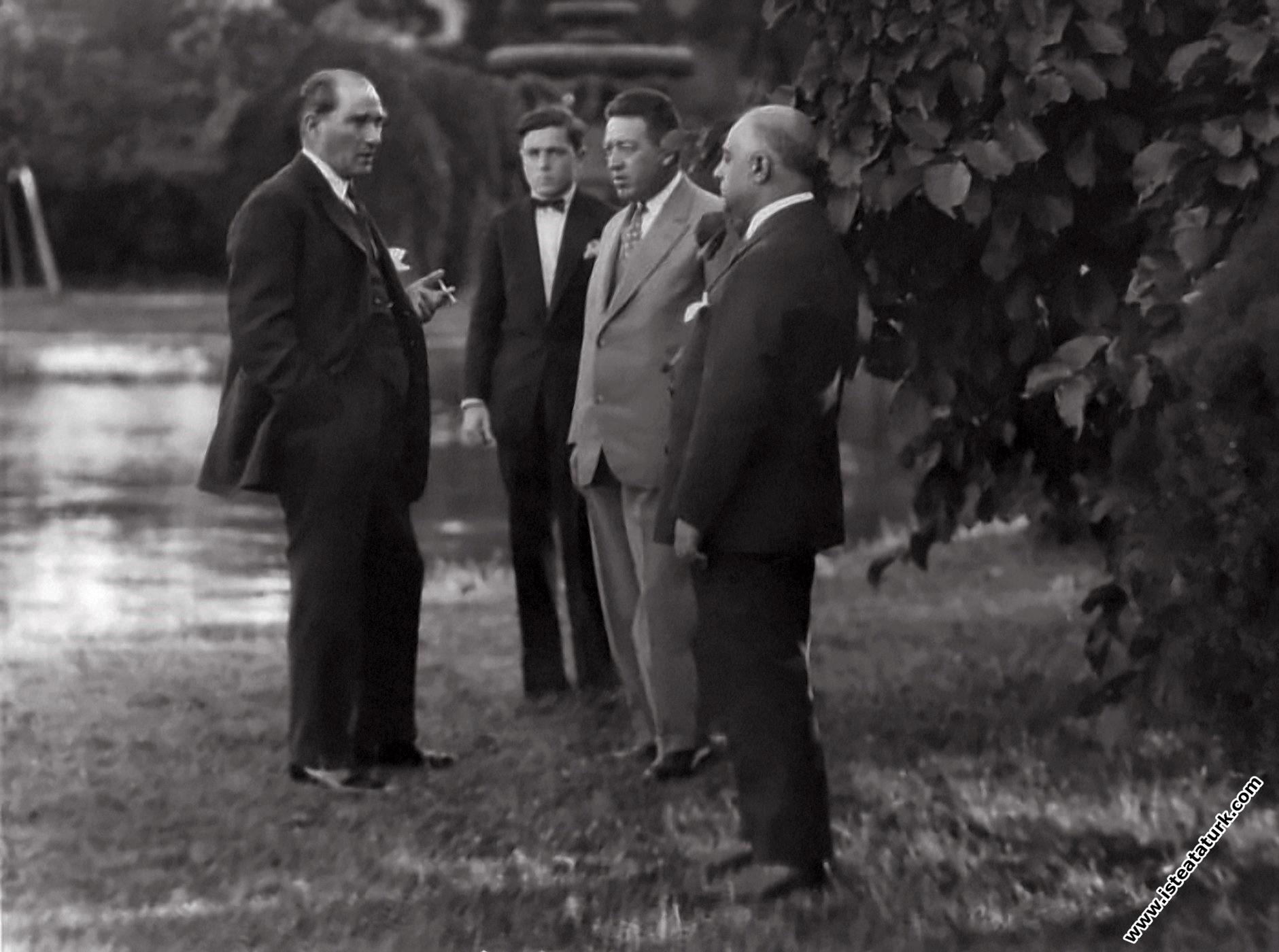 Gazi Mustafa Kemal, Dolmabahçe Sarayı'nın bahç...