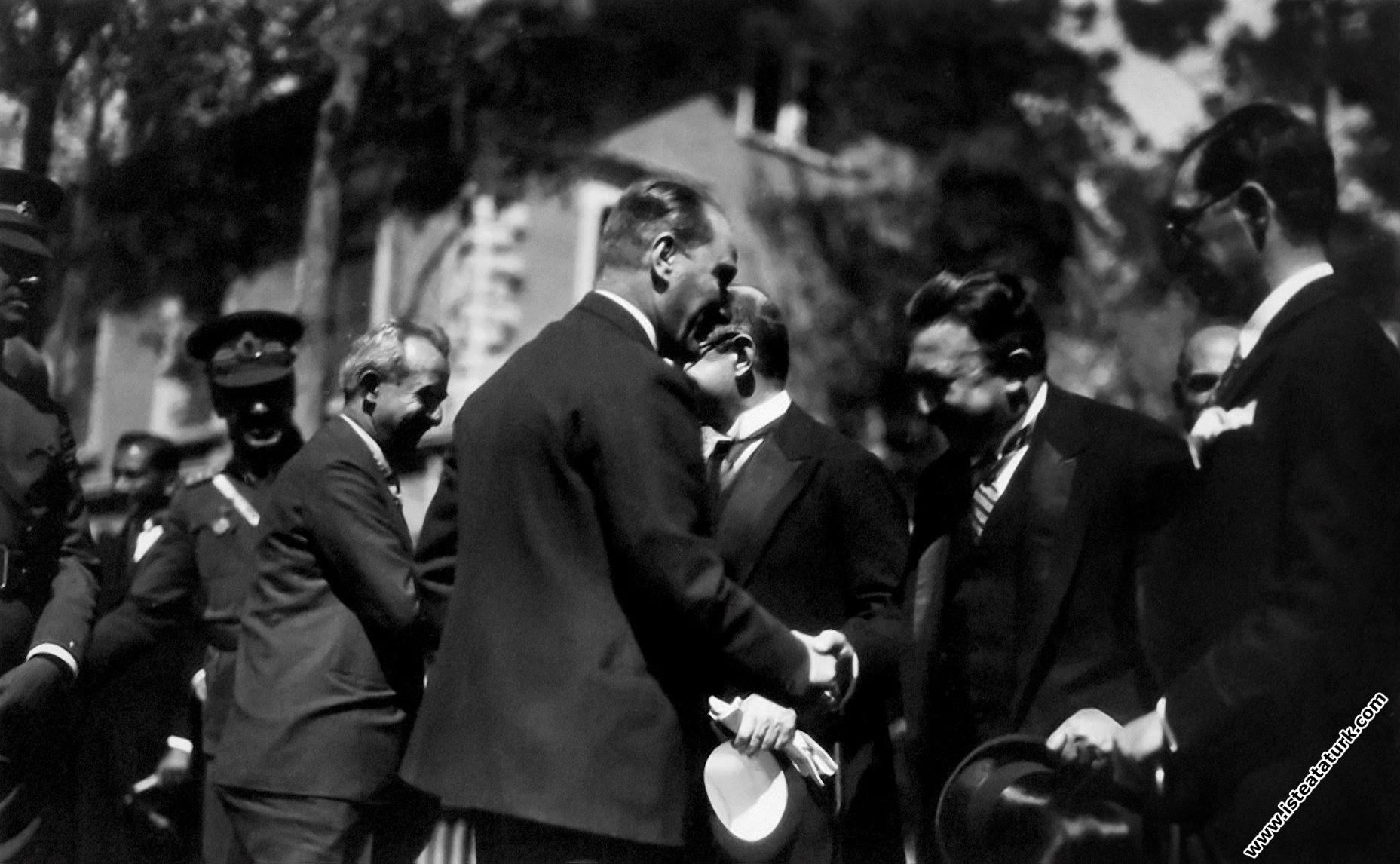 Mustafa Kemal Atatürk Ankara'da törenle karşıl...