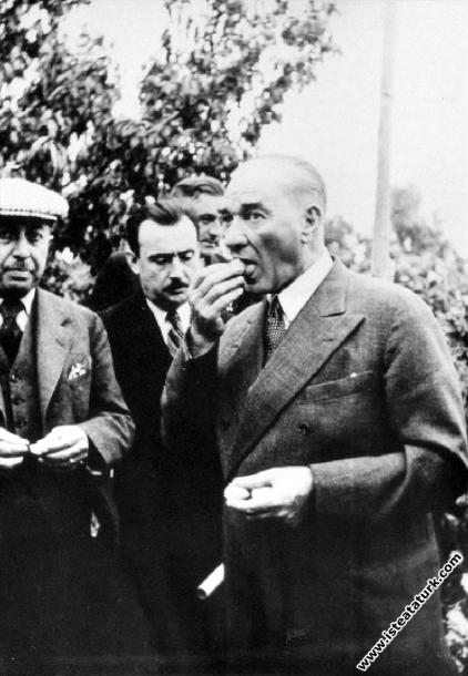 Atatürk Mersin'de bir narenciye bahçesinde. (19....