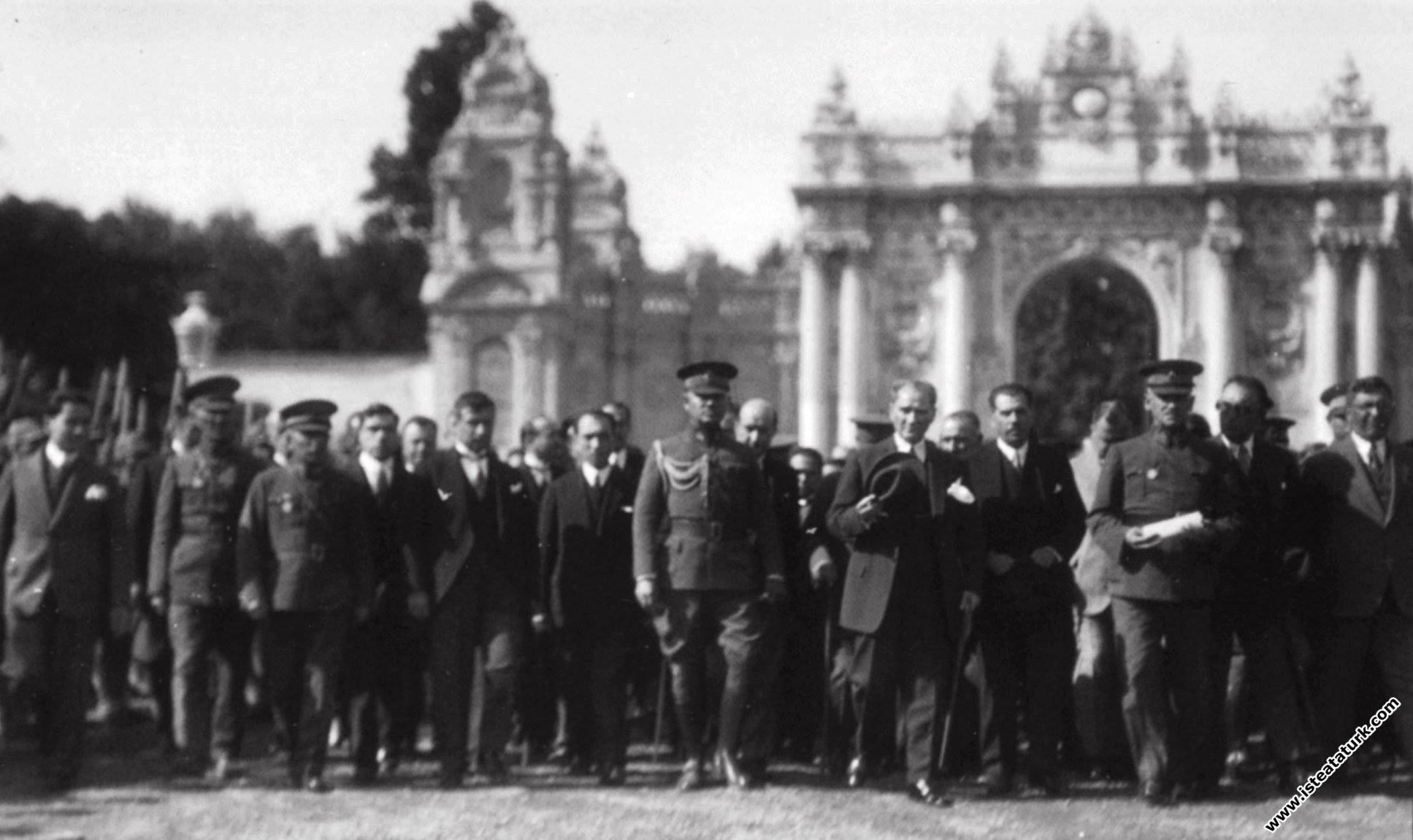 Mustafa Kemal Atatürk ve beraberindekiler Dolmaba...