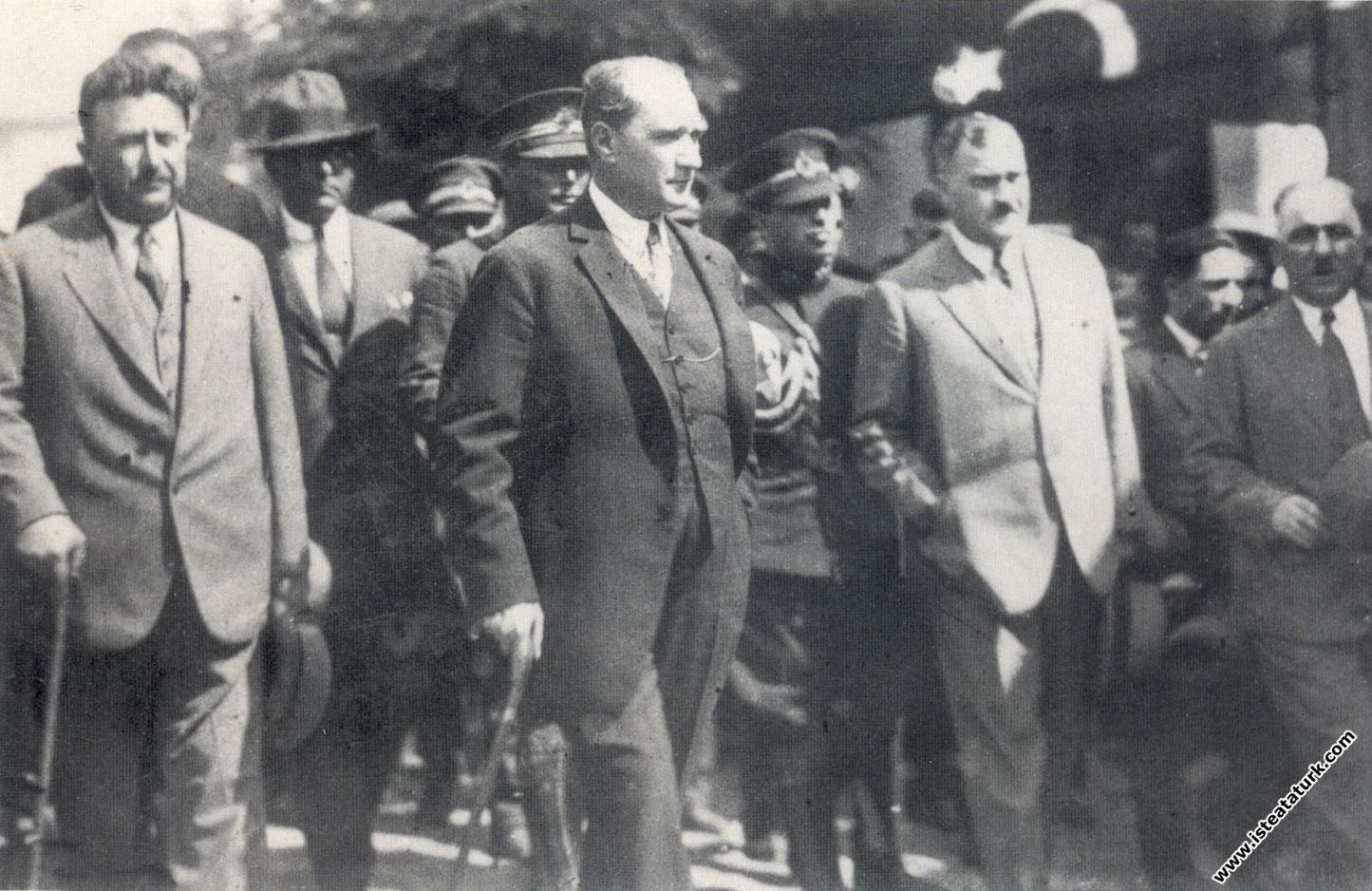 Mustafa Kemal Atatürk yeni harfleri tanıttığı...