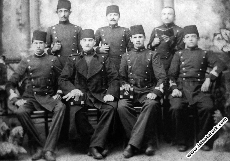 İstanbul Harp Akademisi'nde sınıf arkadaşlarıyla. (1902-1905)
