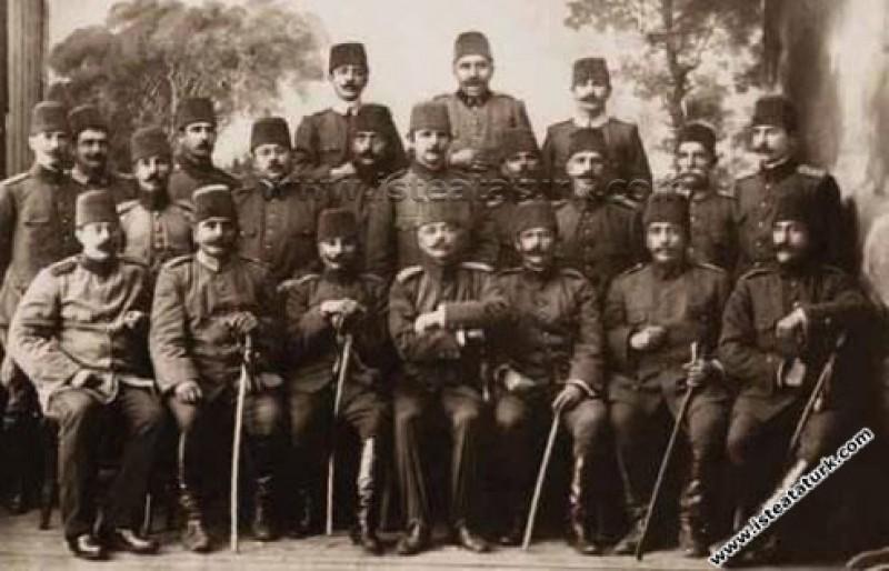 Mustafa Kemal'in Kurmay Başkanı olduğu Hareket Ordusu'ndan bir grup subay ile birlikte. (04.1909)