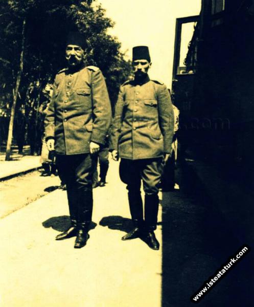 Hareket Ordusu Komutanı Hüseyin Hüsnü Paşa ve Ordunun Kurmay Başkanı Mustafa Kemal. (Nisan 1909)