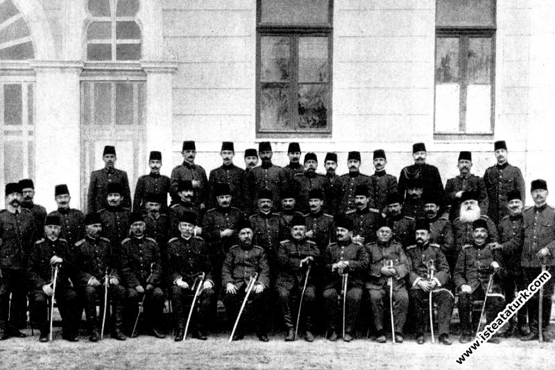 Hareket Ordusu Erkanı ile Selanik'te III.Ordu I.Tümen subayları ile. (13.04.1909)