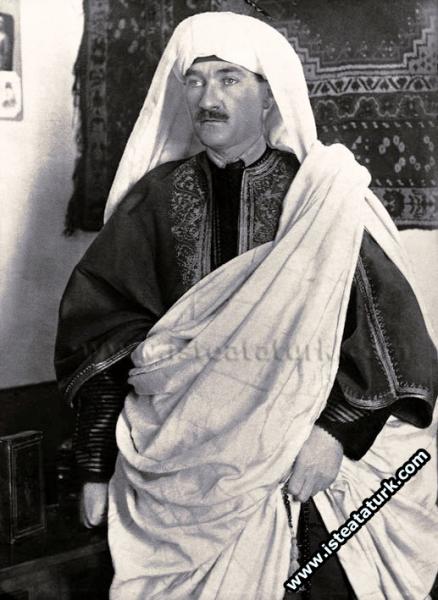 Derne'de yerel kıyafetler içinde, Trablusgarp. (1912)