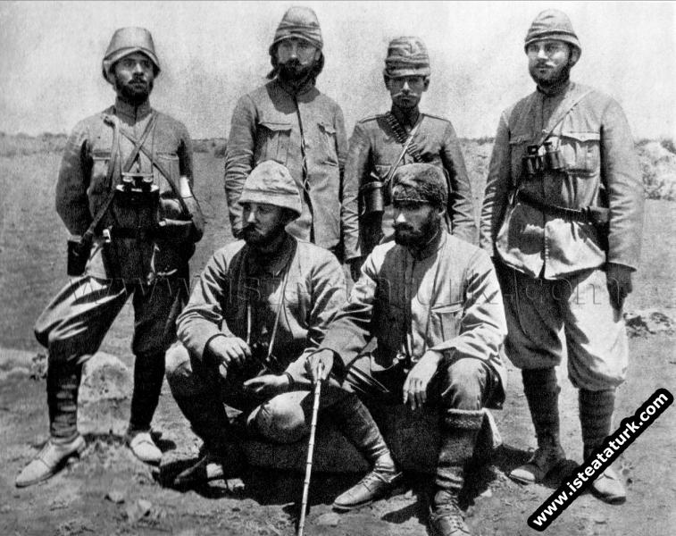 Derne'de silah arkadaşlarıyla, Trablusgarp. (1912)