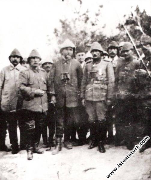 Mustafa Kemal 19. Tümen Karargahı'nda Kolordu Komutanı Esat Paşa ve İstanbul'dan gelen basın mensupları ile birlikte. (1915)