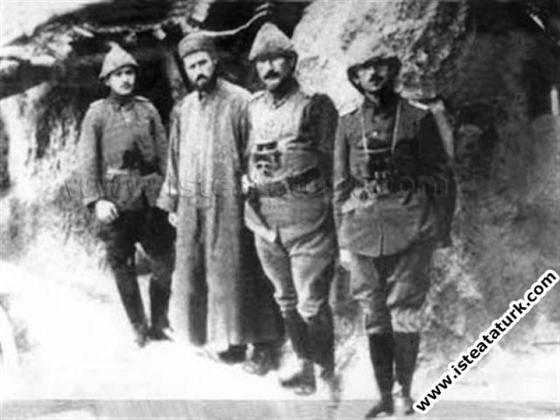 Anafartalar Komutanı Kurmay Albay Mustafa Kemal arkadaşlarıyla birlikte. (1915)