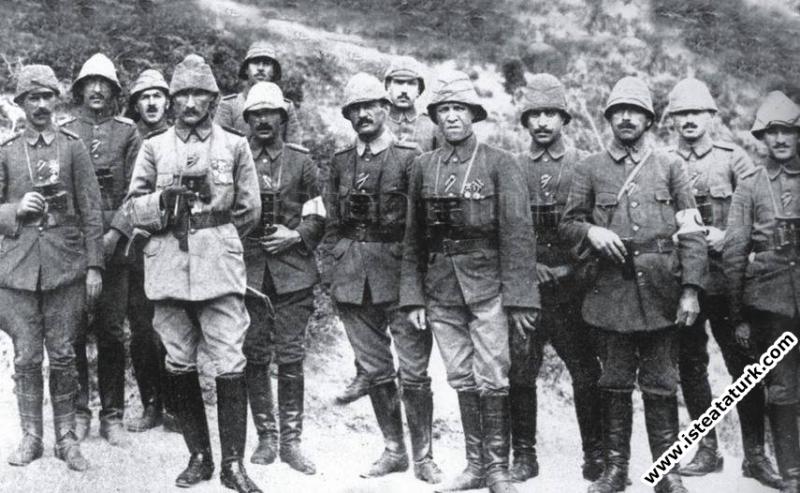 Anafartalar Grup Komutanı Mustafa Kemal muharebe arkadaşlarıyla. (1915)