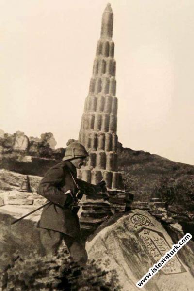 Anafartalar Grubu Kurmay Kıdemli Kurmay Albay Mustafa Kemal Kireçtepe Şehitliği'nin önünde. (11.1915)