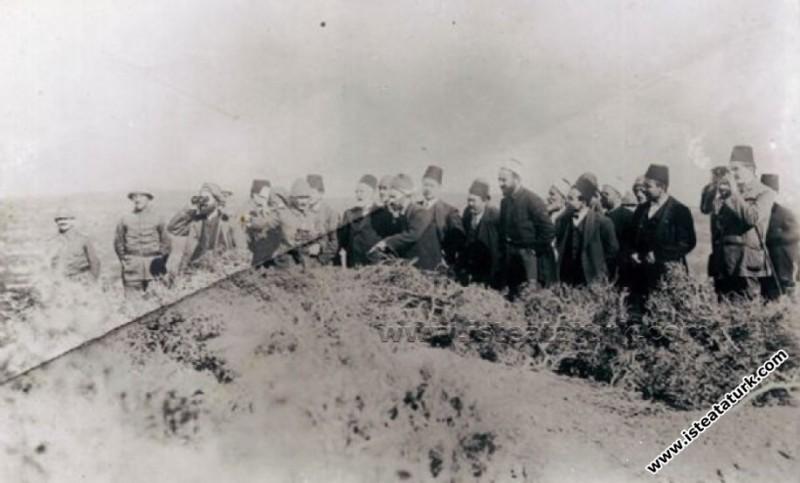 Mustafa Kemal, Çanakkale siperleriyle ilgili bilgi verirken. (03.11.1915)