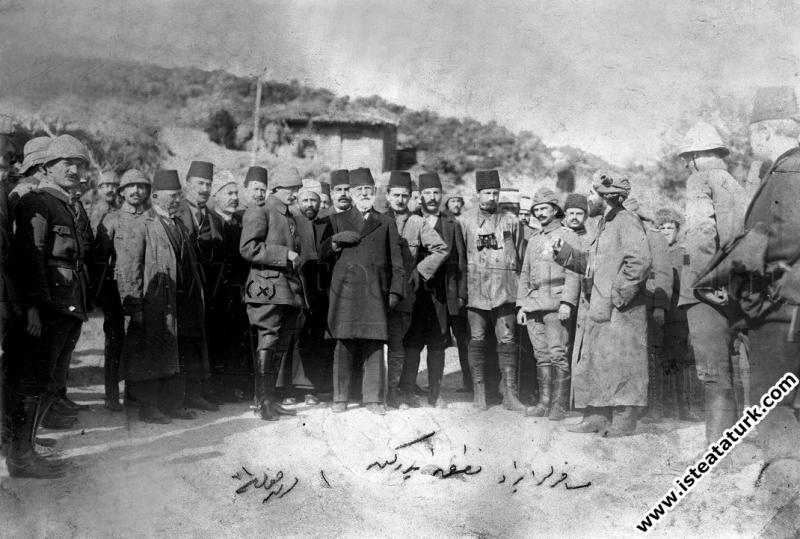 Anafartalar Grubu Komutanı Kurmay Albay Mustafa Kemal cepheyi ziyarete gelen milletvekillerine savaş alanında bilgi verirken. (03.11.1915)