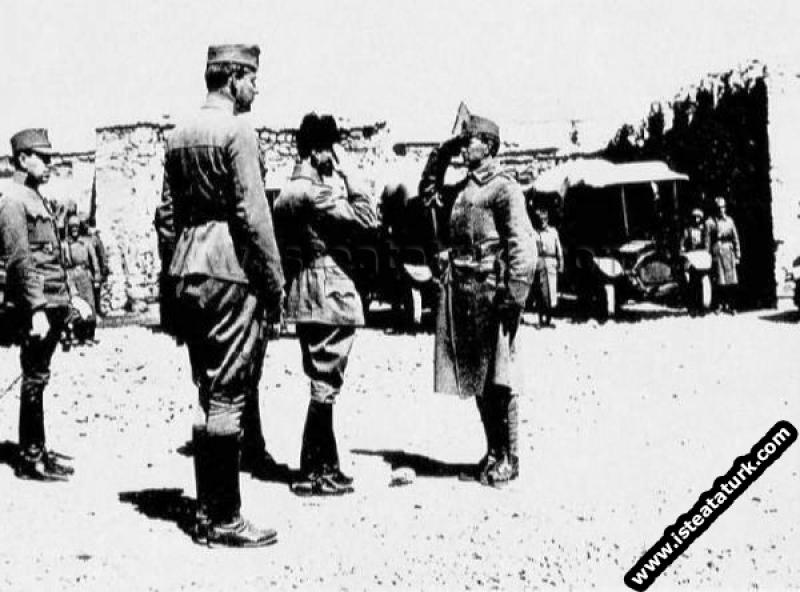 II.Ordu Komutanı Tümgeneral Mustafa Kemal Diyarbakır'da Avusturya-Macaristan Otomobil Kolunu ziyaretinde. (1917)