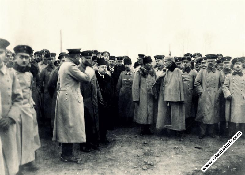 Veliahd Vahdettin'in Almanya seyahatinde yanında olan General Mustafa Kemal ve Berlin Büyükelçisi Hakkı Paşa bir tatbikat sırasında. (19.12.1917)