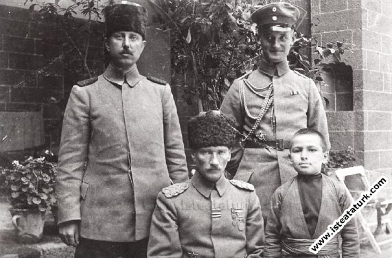 II. Ordu Komutanı Tümgeneral Mustafa Kemal, Diyarbakır'lı Abdurrahim (Tunçak) adlı çocukla Halep'te. (1917)