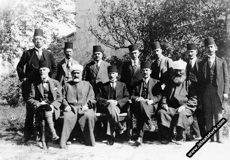 Sivas Kongresi'ne katılan bir grup Kongre Başkanı Mustafa Kemalpaşa'yla birlikte. (4-11.09.1919)