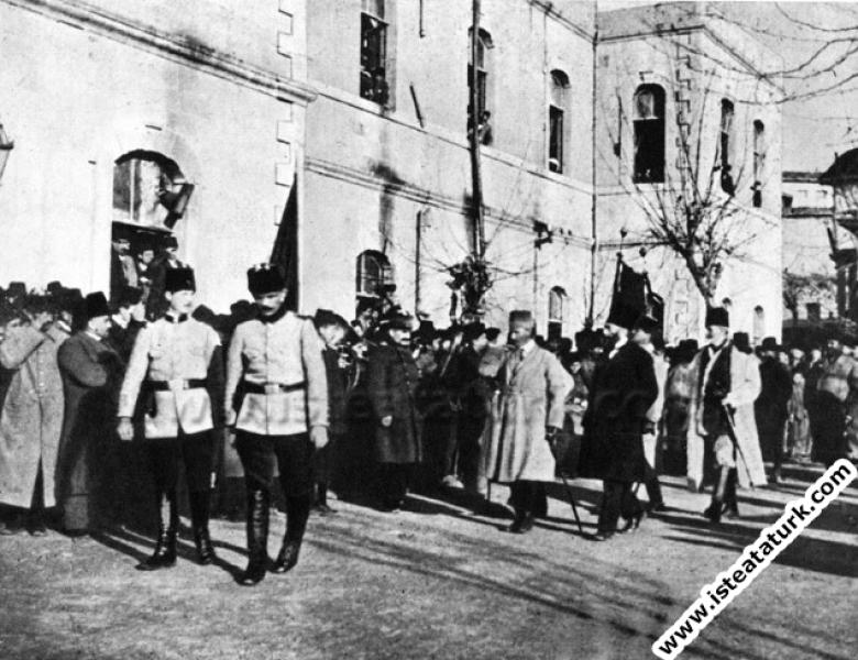 Mustafa Kemal'in Ankara Vilayet Konağı önünde karş...