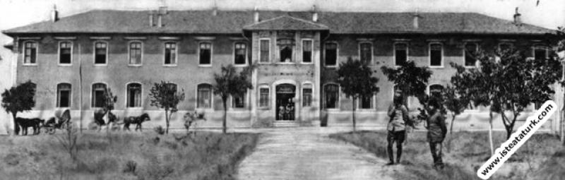 Mustafa Kemal, Ankara Ziraat Mektebi Binası'nda. (...