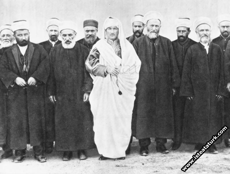 Ankara'da Libya yerel kıyafetleriyle Milletvekilleri arasında. (23.04.1920)