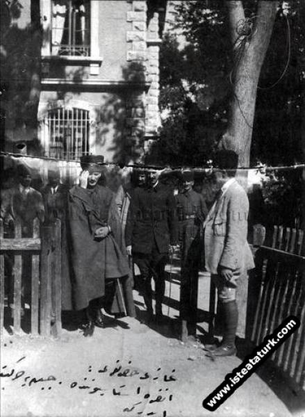 Ankara Direksiyon binasından çıkarken. (12.11.1920)