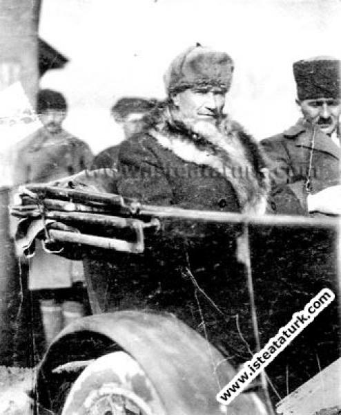 Mustafa Kemal Paşa yanında yaveri Salih Bozok Bey olduğu halde Ankara İstasyon Binası'nın önünden cepheye hareket ederken. (10.02.1921)