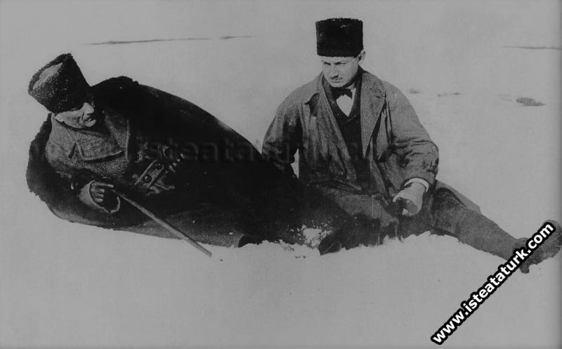 İnönü Savaşları günlerinde Ankara'nın Dikmen sırtlarında kar üzerinde dinlenirken. (12.02.1921)