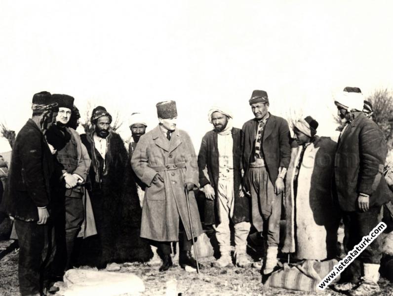 Cepheye yiyecek götüren devecilerle, Ankara yak�...