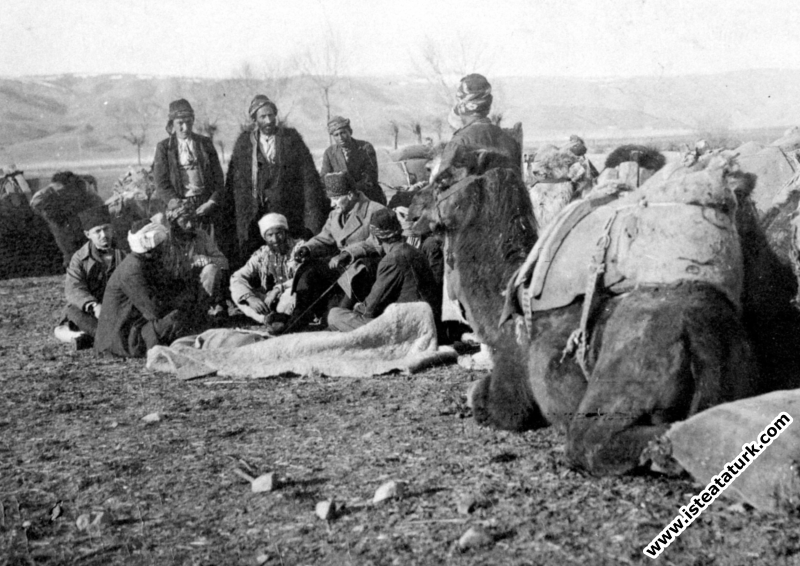 Cepheye yiyecek götüren devecilerle, Ankara yak...