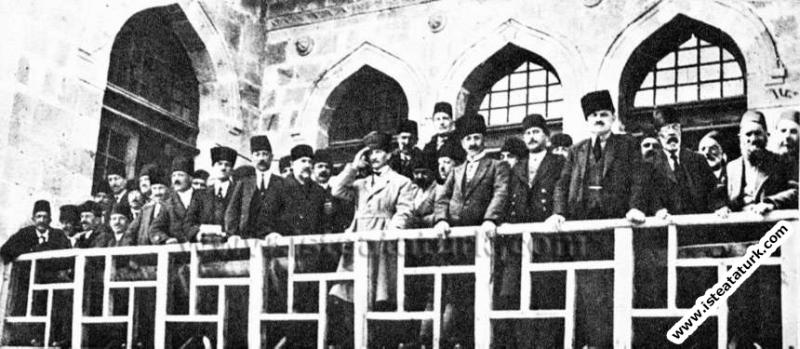 İkinci İnönü Zaferinden sonra Mustafa Kemal TBMM önünde Kahraman Türk Ordusunu selamlarken. (02.04.1921)