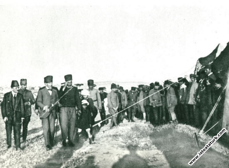 Ankara'daki Subay Talimgahının yıl dönümünde talimgaha giderken. (24.04.1921)
