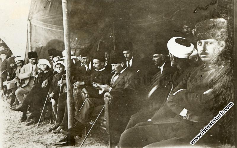 Subay Talimgahında büyük çadırın içinde. Solunda bulunanlar o zaman Ankara'da bulunan Bulgaristan temsilcileridir. (24.04.1921)