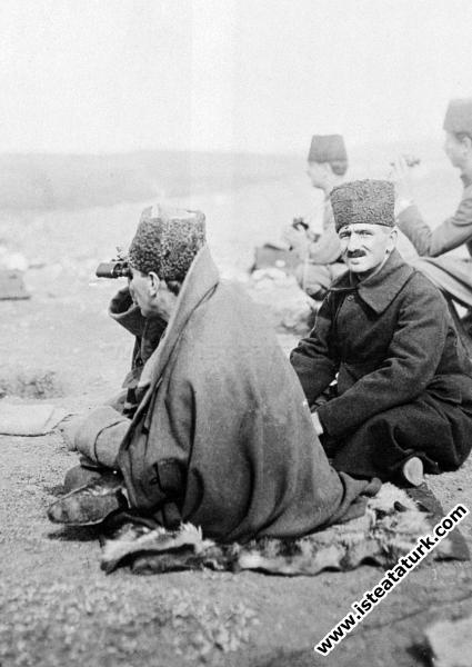 Sakarya Muharebeleri'nde Duatepe'den harekatı idare ederken. (10.09.1921)
