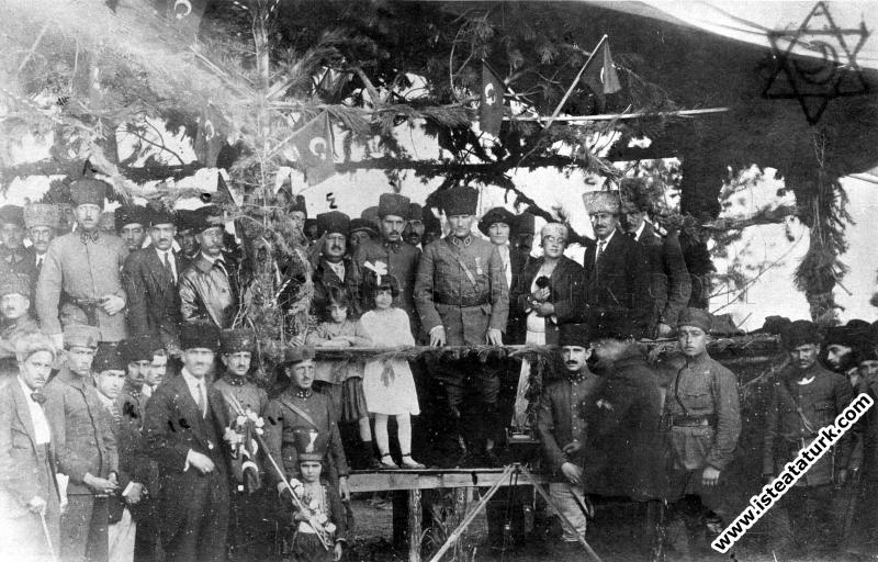 Başkomutan Mustafa Kemal Paşa, Ankara Hipodrom'da,...