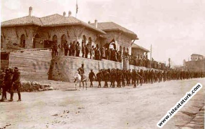 Mustafa Kemal, nihai zafere giden askeri birliklerle geçit töreninde. (25.12.1921)
